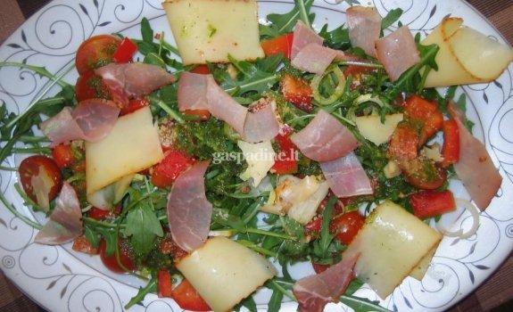 Šviežių daržovių salotos su vytinta jautiena