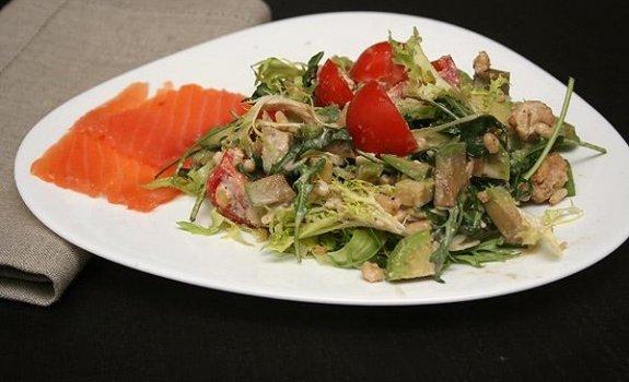 Rukolos ir avokado salotos