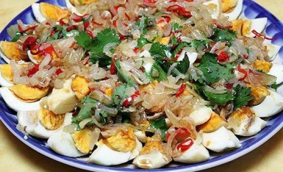 Tailandietiškos salotos su kiaušiniais