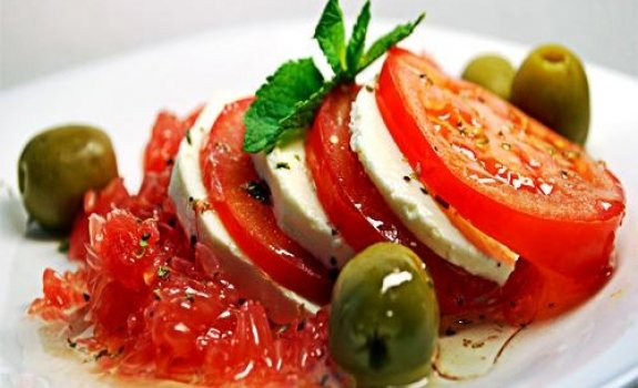 Minkšto sūrio salotos su greipfrutu