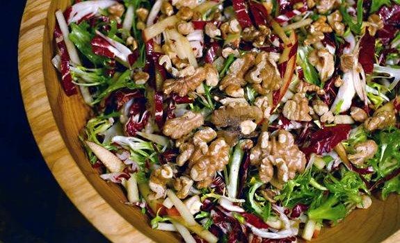 Egzotinės salotos su graikiniais riešutais