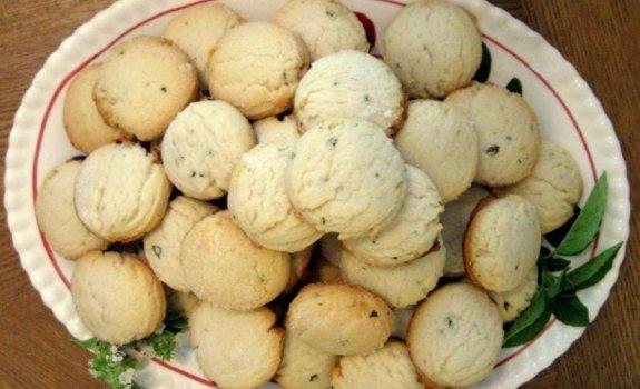 Sūrio sausainėliai su baziliku