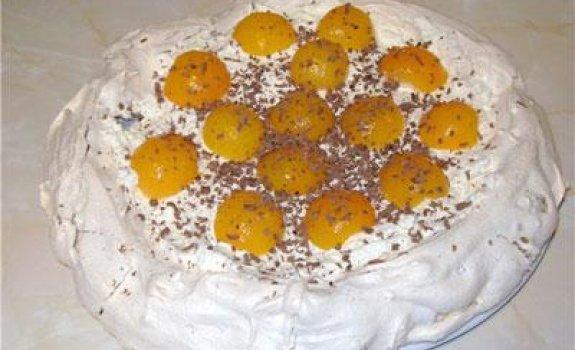 Riešutinis tortas-bezė su grietinėle ir persikais