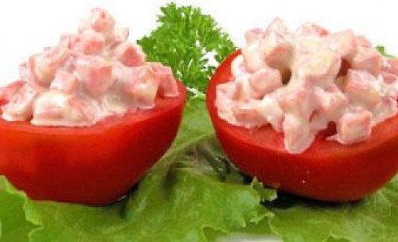 Pomidorai įdaryti pieniškomis dešrelėmis