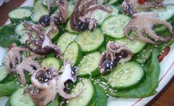 Aštrios salotos su aštuonkojais ir špinatais