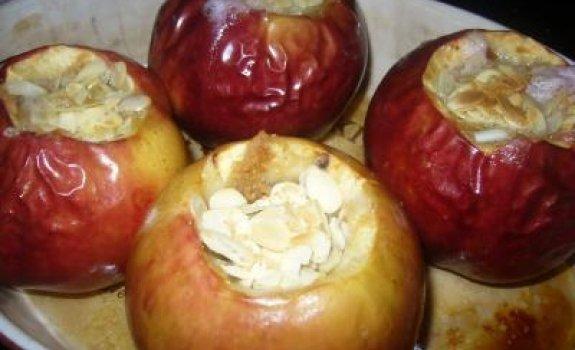 Kepti obuoliai su migdolais