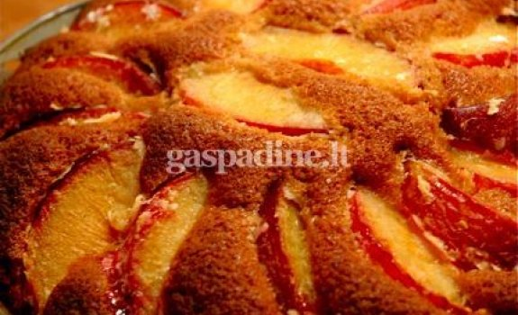 Migdolinis slyvų pyragas