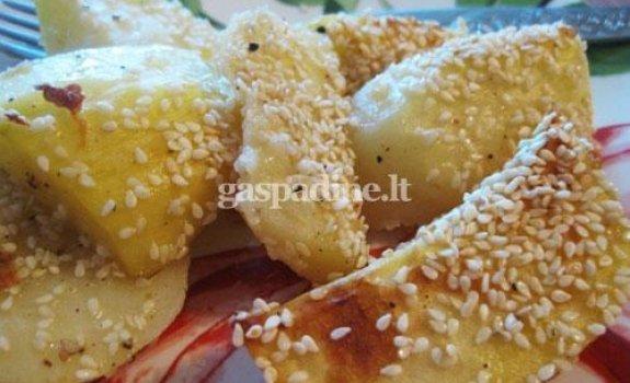 Orkaitėje keptos bulvės su sezamais