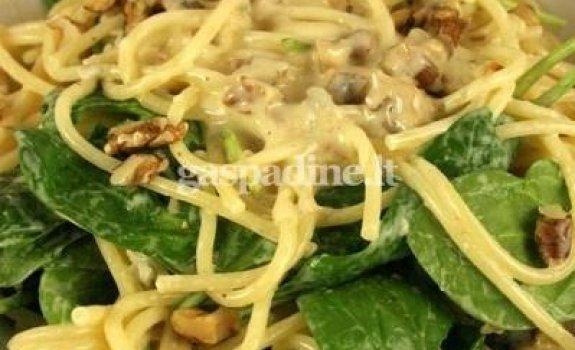 Spageti su gorgonzola sūriu, graikiniais riešutais ir špinatais