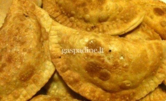 Empanada su vištiena, žalia paprika ir porais