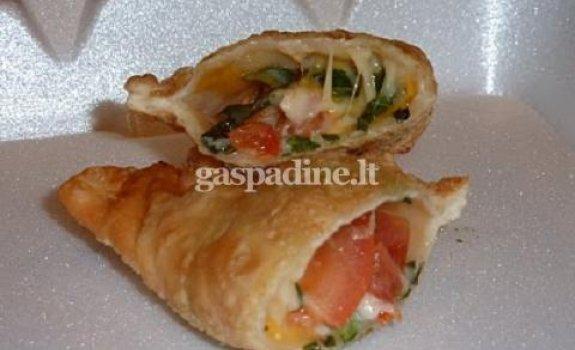 Empanada su mocarela sūriu, pomidorais ir baziliku