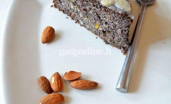 Varškės pyragas su aguonomis, riešutais ir džiovintais vaisiais