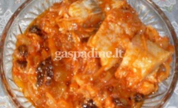 Silkė su slyvomis, razinomis ir pomidorų padažu