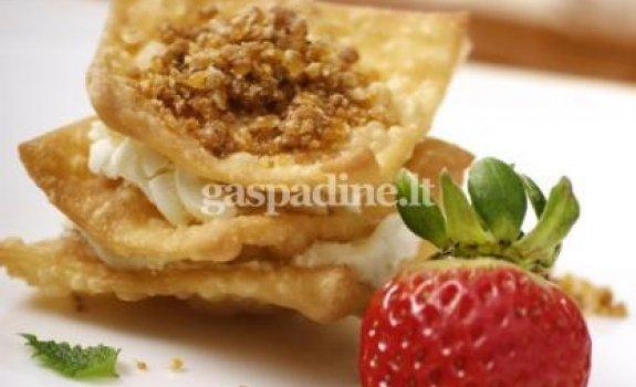 """Sluoksniuotas traškus tešlainių desertas su """"POÉMA Creme"""" (pagal Darių Dabrovolską)"""