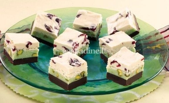 Šokoladiniai saldainiai su pistacijomis ir džiovintomis spanguolėmis