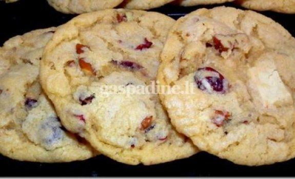 Sausainiai su baltuoju šokoladu, spanguolėmis ir pekano riešutais