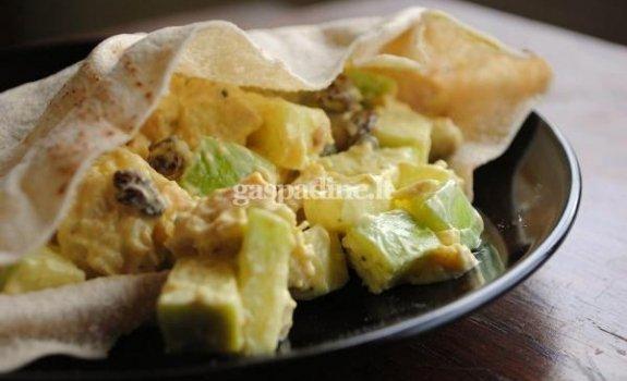 Pikantiškos vištienos salotos pitoje