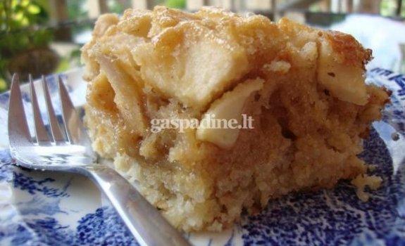 Dvisluoksnis obuolių pyragas su riešutais