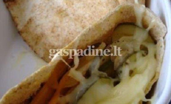Skrudintos daržovės pitoje su mocarela sūriu
