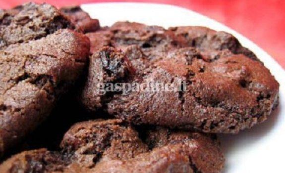 Šokoladiniai sausainiai su džiovintomis vyšniomis
