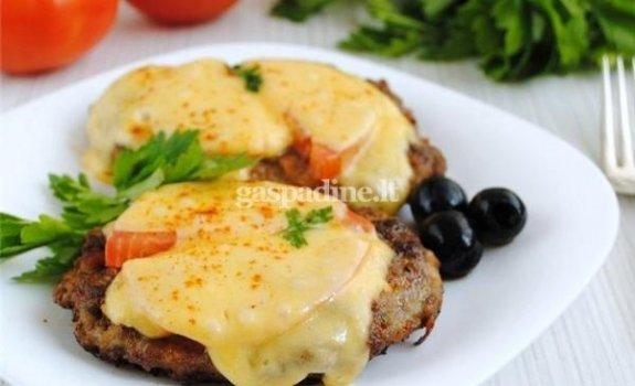 Sūriu ir pomidorais užkepti kepsniai