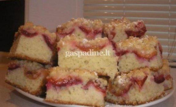 Pyragas su vaisiais